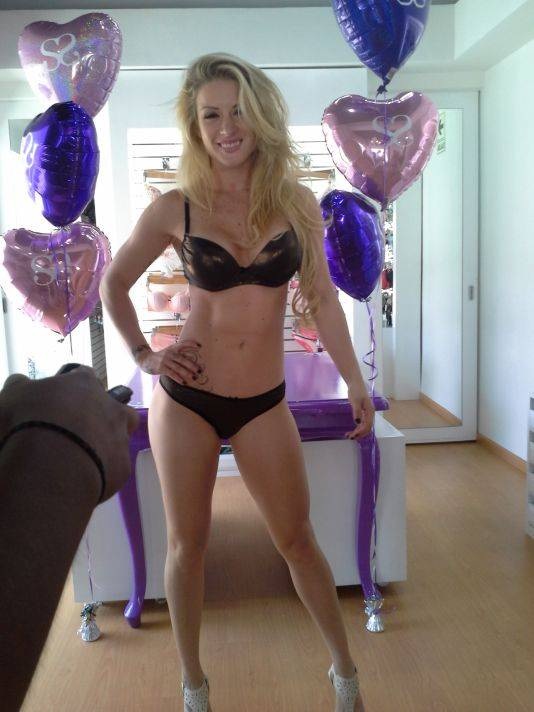 [FOTOS] Leslie Shaw encandila con sexys bikinis por San Valentín
