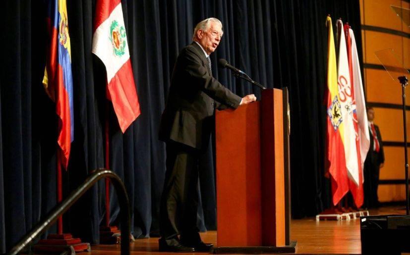 Vargas Llosa resalta papel de escritores frente a las máquinas en Feria del Libro de Bogotá