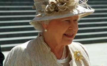 Reina Isabel II pide respetar los resultados del referendo