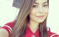 Miranda Cosgrove es acosada por fan que amenaza con suicidarse