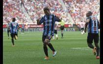 [FOTOS] Ronaldinho anotó y bailó samba en goleada de Querétaro a Chivas