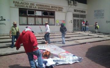 Iguala: Incendian palacio municipal en protesta por 43 desaparecidos