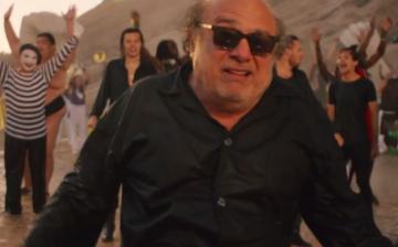 ¿Qué hace Danny DeVito en el nuevo videoclip de One Direction?