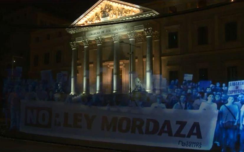 Protesta con hologramas. (Foto: RT) La Prensa.PE