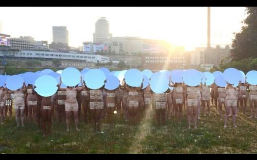 Mujeres desnudas protestaron contra Donald Trump frente al lente de Spencer Tunick