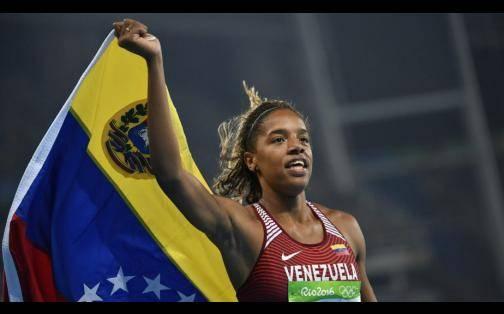 Yulimar Rojas celebró con bandera de Venezuela tras su medalla olímpica en Río 2016