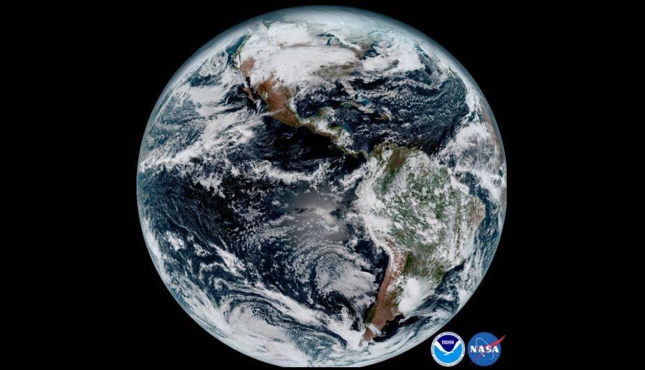 Imagen del disco completo del hemisferio occidental captada el 15 de enero de 2017 por el GOES-16 (Foto: NOAA / NASA)