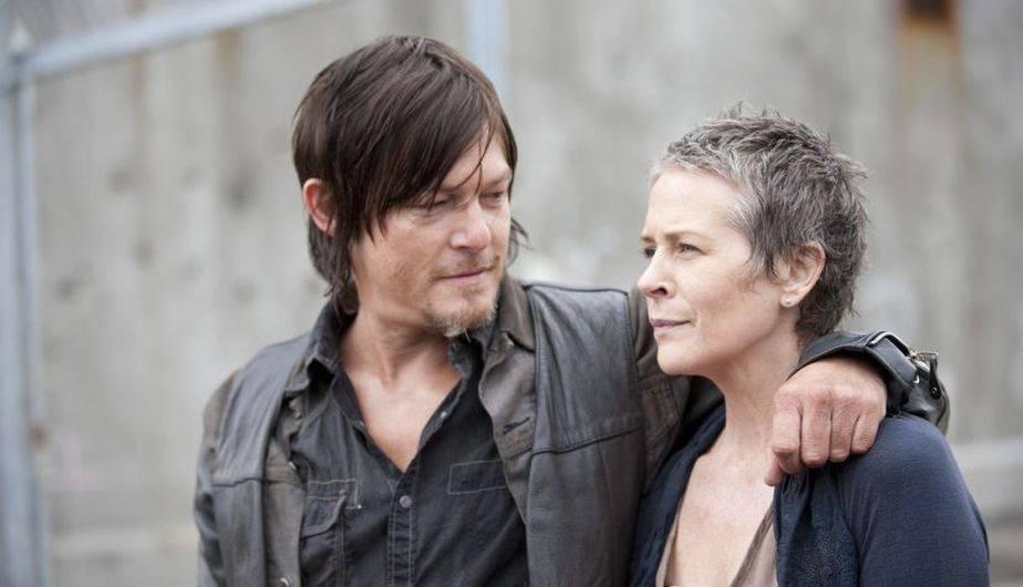 Norman Reedus es Daryl Dixon y Melissa McBride es Carol en 'The Walking Dead' (Foto: AMC)