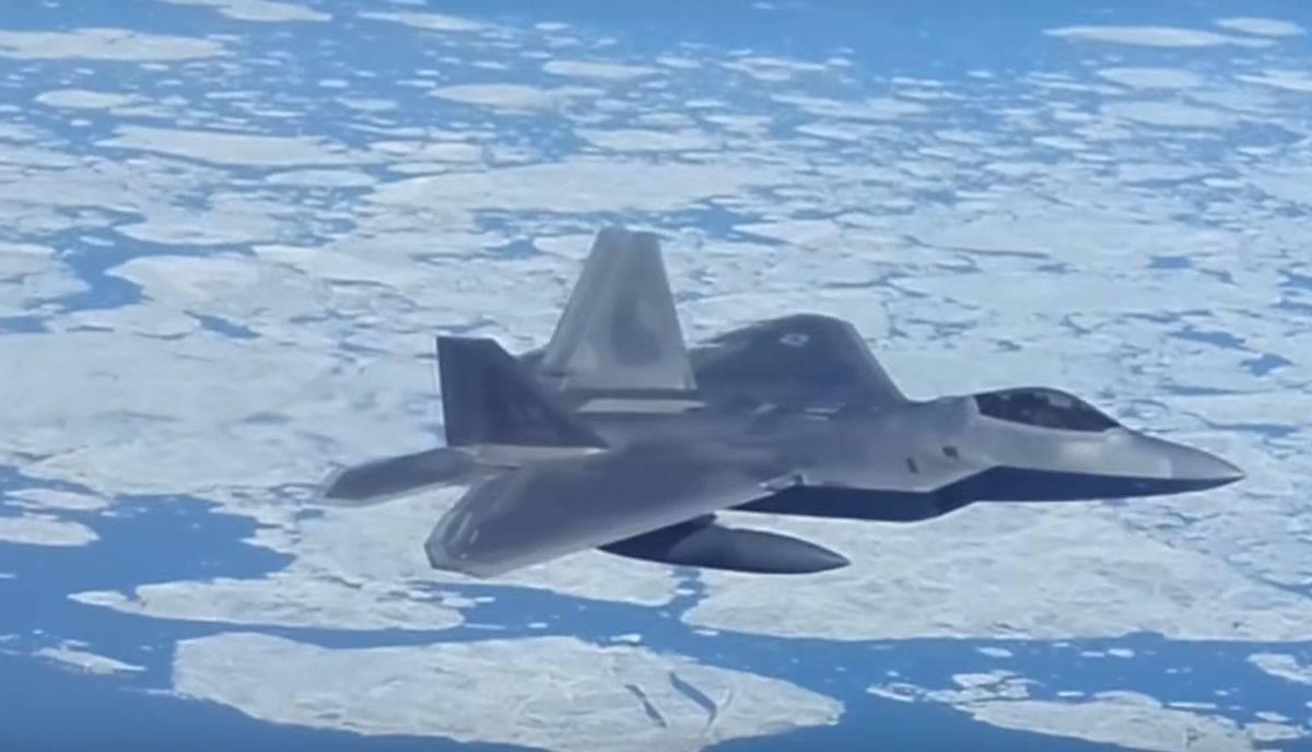 caza F-22 de USA que escoltó a bombarderos TU-95MS de Rusia