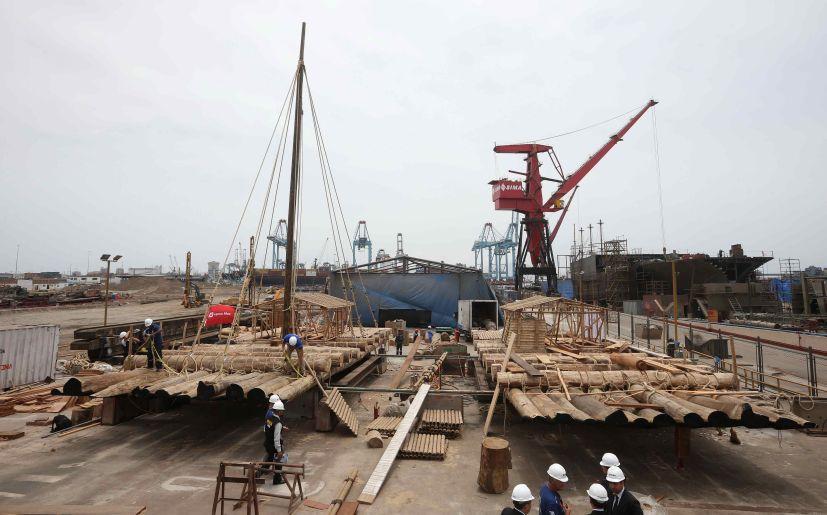 Balsa es construida en instalaciones de la Marina en el Callao. (Foto: EFE)