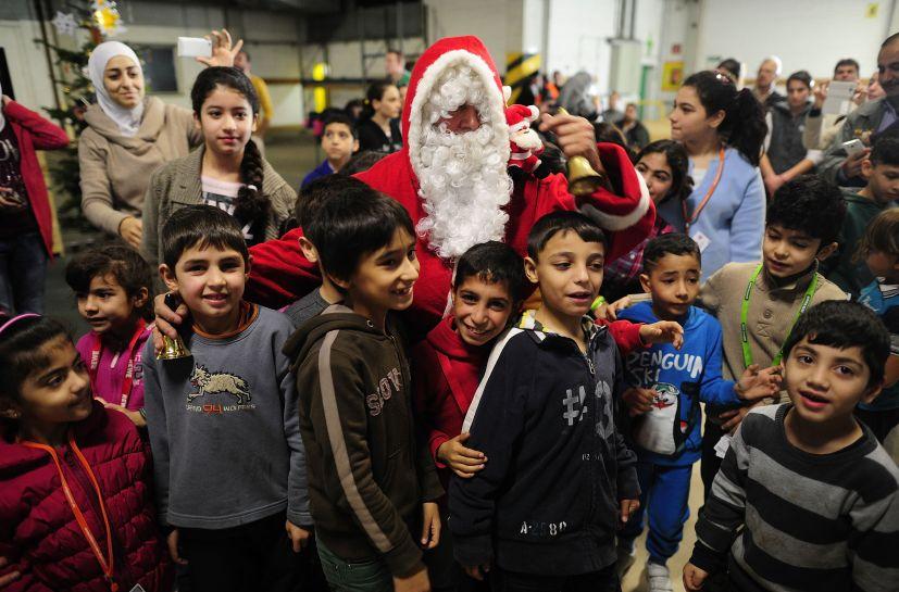 navidad pap noel lleva alegra y regalos nios refugiados en alemania fotos