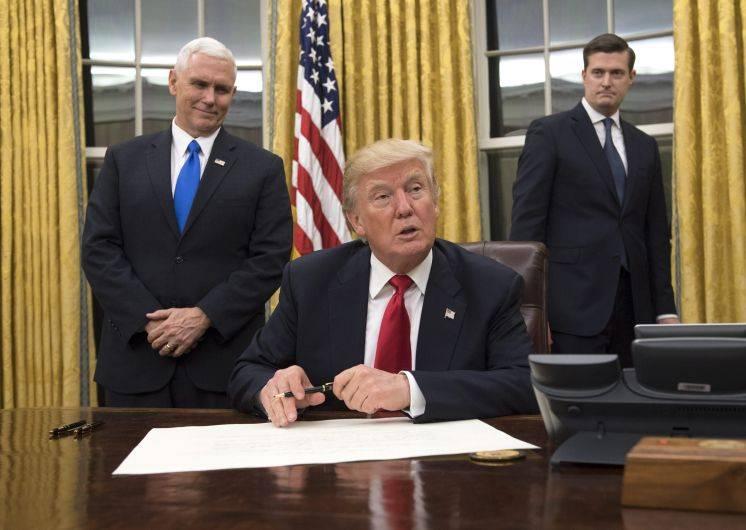Donald Trump repuso el busto de Winston Churchill e instaló sofás y cortinas doradas en el Despacho Oval (Foto: EFE)