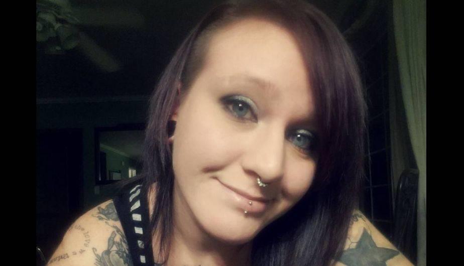 Ashley Glawe vive en Oregon y es fanática de los piercings y de las serpientes (Facebook / Ashley Glawe)