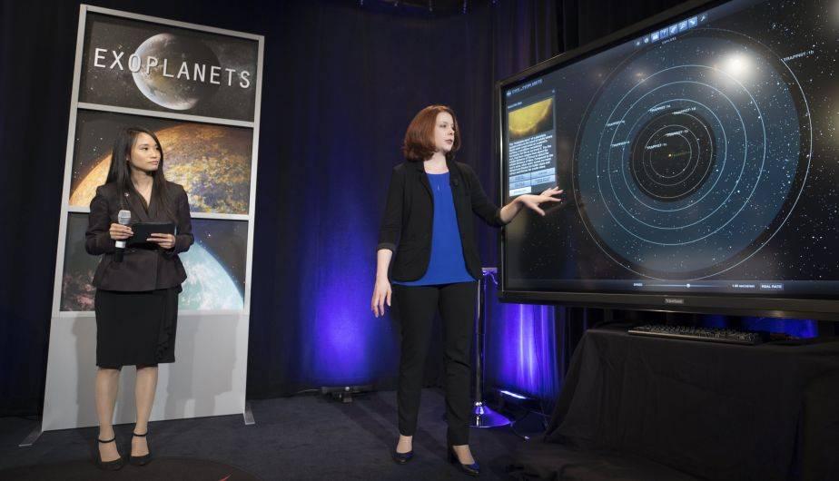 Nikole Lewis en plena exposición del hallazgo de la NASA (EFE)