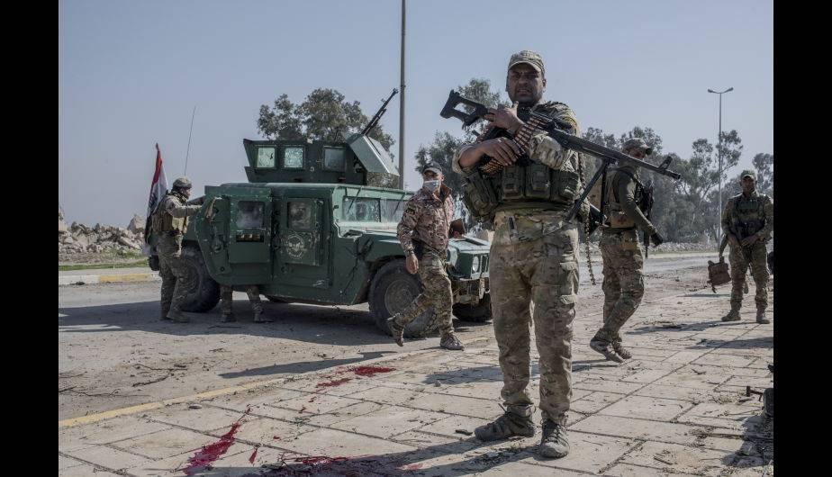 Soldados iraquíes luchan contra ISIS mientras avanzan en el aeropuerto de Mosul, como parte del reinicio de la ofensiva de Mosul. (Foto: Getty Images)