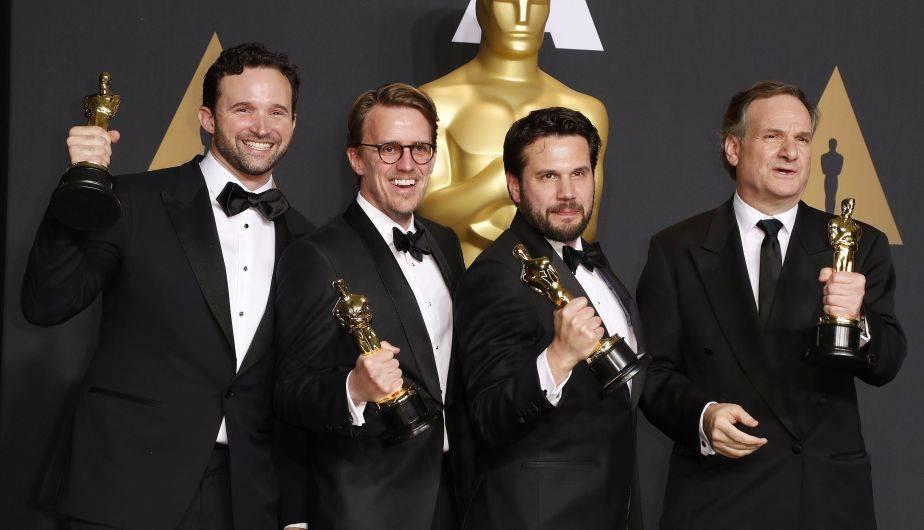 Los ganadores de los Premios Óscar 2017 posan orgullosos con sus estatuillas doradas (EFE)