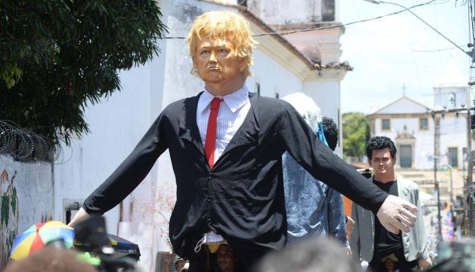 Donald Trump sigue siendo el 'engreído' de los carnavales en Brasil. Esta vez, su figura gigante encabezó las celebraciones en Olinda (EFE)