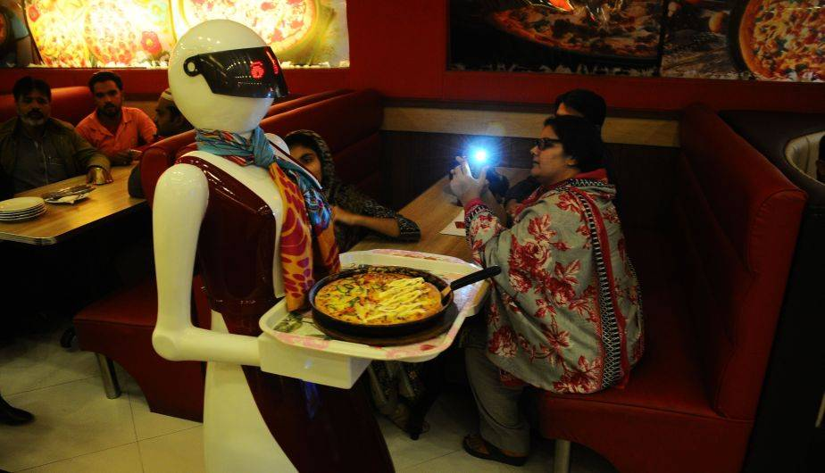 El robot mesero que sirve pizza causa sensación en Pakistán (EFE)