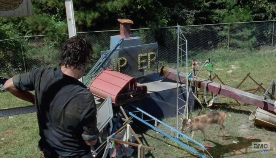 Rick subió a una rueda dela fortuna para cazar a un ciervo, pero cayó en medio de los walkers (Foto: The Walking Dead / AMC)