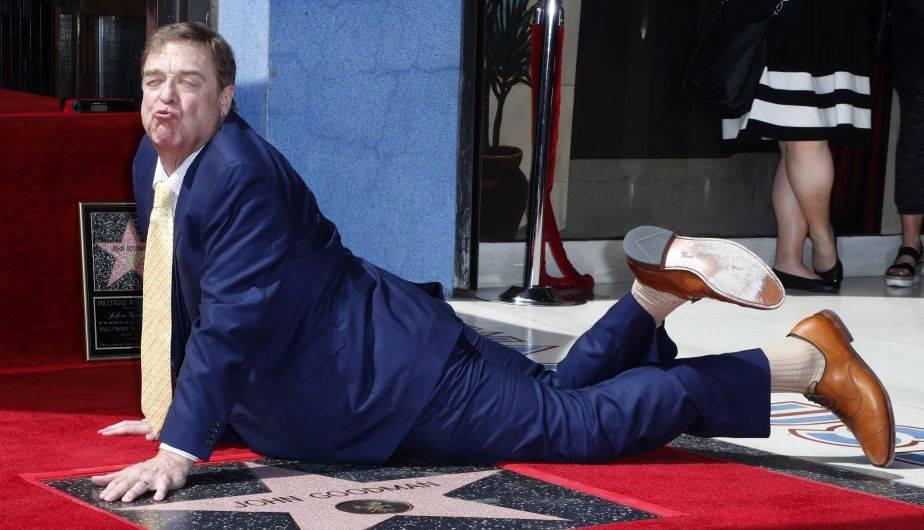 John Goodman, fiel a su estilo, recibió el reconocimiento con mucha alegría. La foto lo dice todo (EFE)