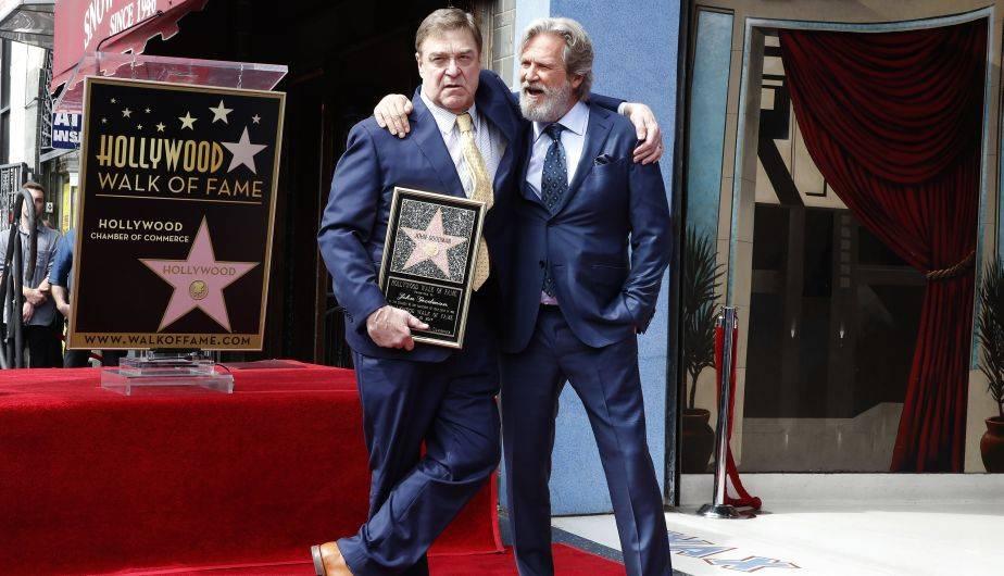 John Goodman muestra feliz su estrella en compañía del también actor Jeff Bridges (EFE)