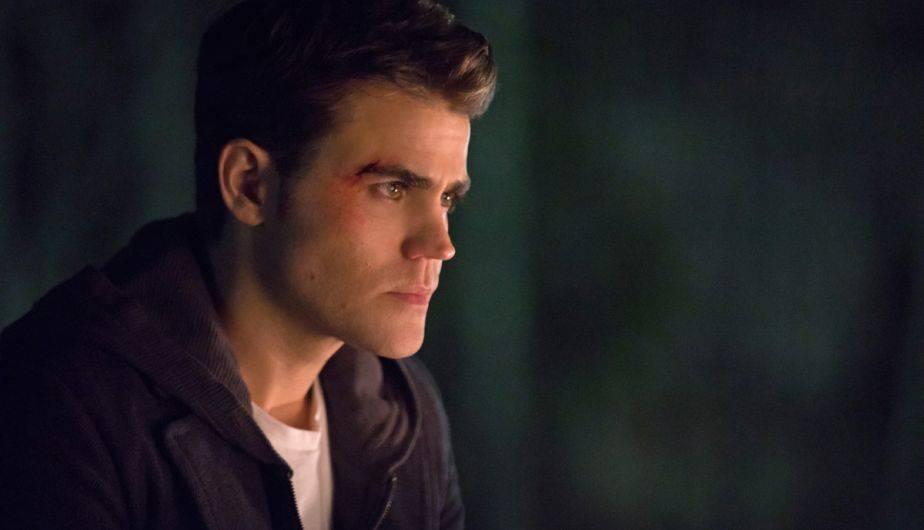 """PAUL WESLEY (STEFAN SALVATORE). """"Yo no (conocía de antemano la muerte de Stefan). Les había estado diciendo que creía que Stefan debía morir. Había sido el 'Destripador'. Él fue quien hizo que su hermano se convirtiera en un vampiro. Todos los asesinatos que Damon cometió fueron realmente culpa mía, si se trata de la génesis de la misma. Sentía que si era el héroe de la historia hasta cierto punto, solo tenía sentido de que muriera al final. Me molestaron y me dijeron que no moriría, así que realmente me burlaron por un par de meses. Leí el guión final en un avión. Después de los primeros cinco actos, pensé 'ok, sí, esto está interesante', pero realmente no me golpeó hasta el sexto acto. Y luego del sexto acto me quebré y nunca antes realmente me había quebrado por cosas sentimentales de The Vampire Diaries. Pensé que cómo terminaba era poderoso"""" (Foto: The CW)"""
