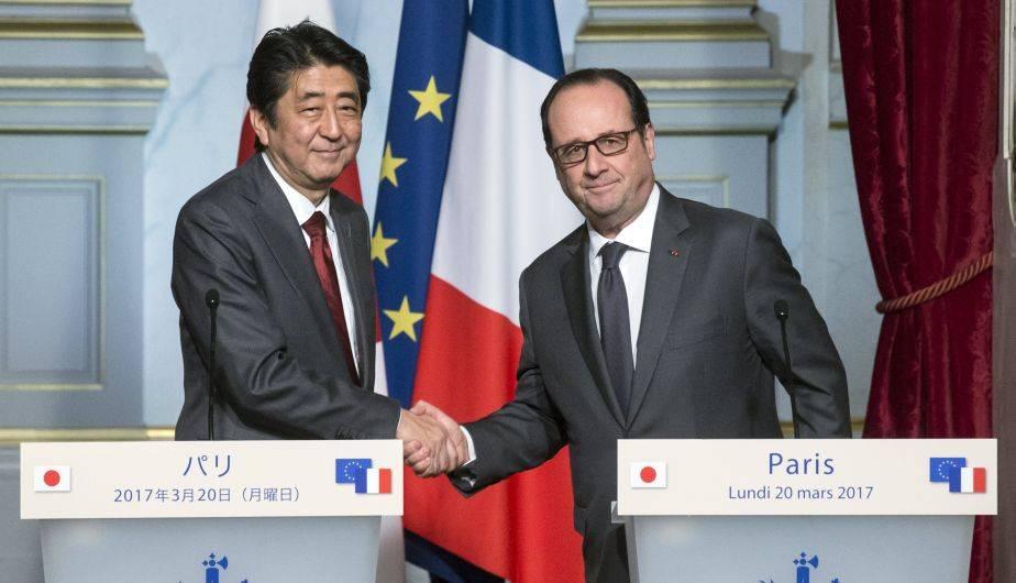 Francois Hollande y Shinzo Abe se reunieron en el Palacio del Elíseo, en París (EFE)