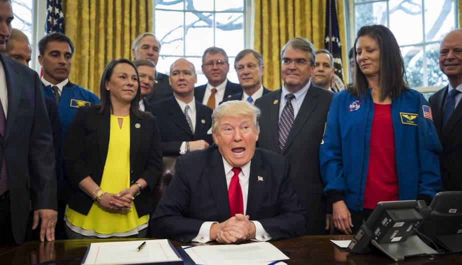 El presidente estadounidense Donald Trump, antes de firmar el Acta de Autorización de Transición de la NASA en el despacho Oval de la Casa Blanca en Washington DC. (Foto: EFE//JIM LO SCALZO)