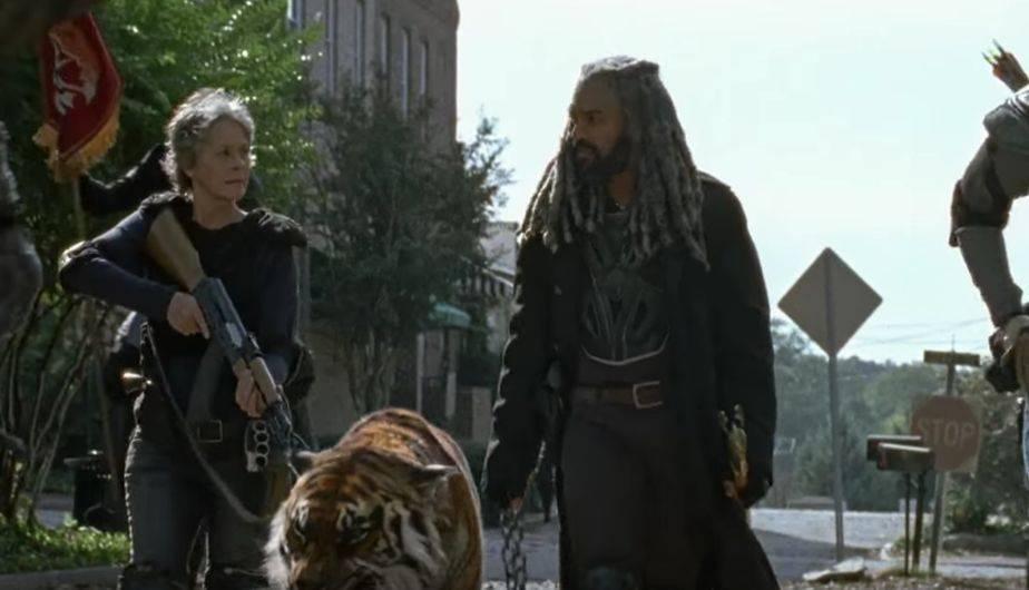 1. CAROL, EZEKIEL Y SHIVA CAMINO A LA BATALLA (Foto: The Walking Dead / AMC)