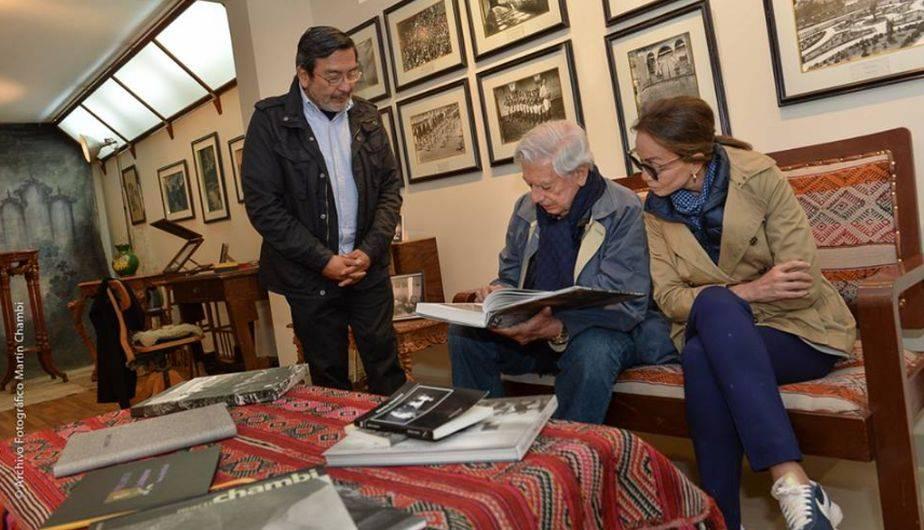 El escritor peruano Mario Vargas Llosa y su pareja Isabel Preysler visitaron el Archivo Fotográfico Martín Chambi. (Foto: Facebook)