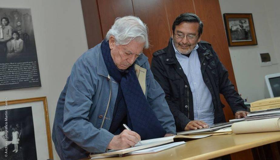 Mario Vargas Llosa se animó a firmar en el libro de visitas del  Archivo Fotográfico Martín Chambi. (Foto: Facebook)