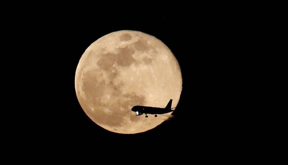Así se vio la 'luna rosada' en Madrid (EFE)
