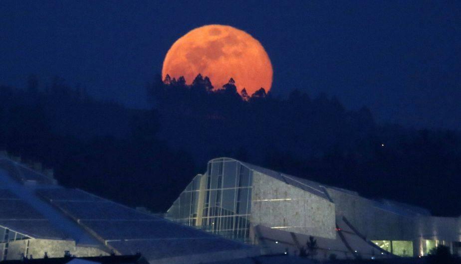 Así se vio la 'luna rosada' en Santiago de Compostela, en España (EFE)