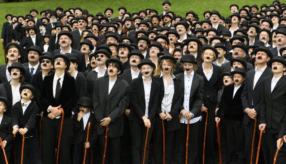 Cientos de personas rindieron un homenaje a Charles Chaplin al conmemorarse el 128 aniversario de su nacimiento (EFE)