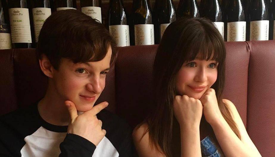 En una de ellas se ve a ambos niños en una especie de bar rodeado de botellas de vino (Foto: Instagram / Malina Weissman)