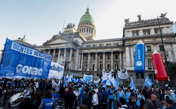 argentina estudiantes y docentes marcharon en buenos
