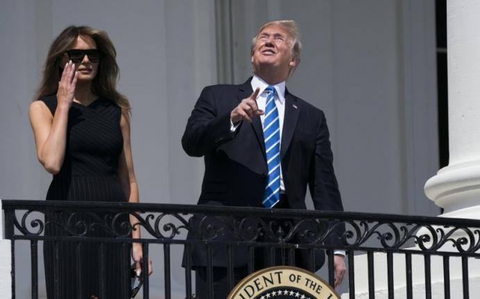 Donald Trump observó el eclipse sin gafas por breves segundos