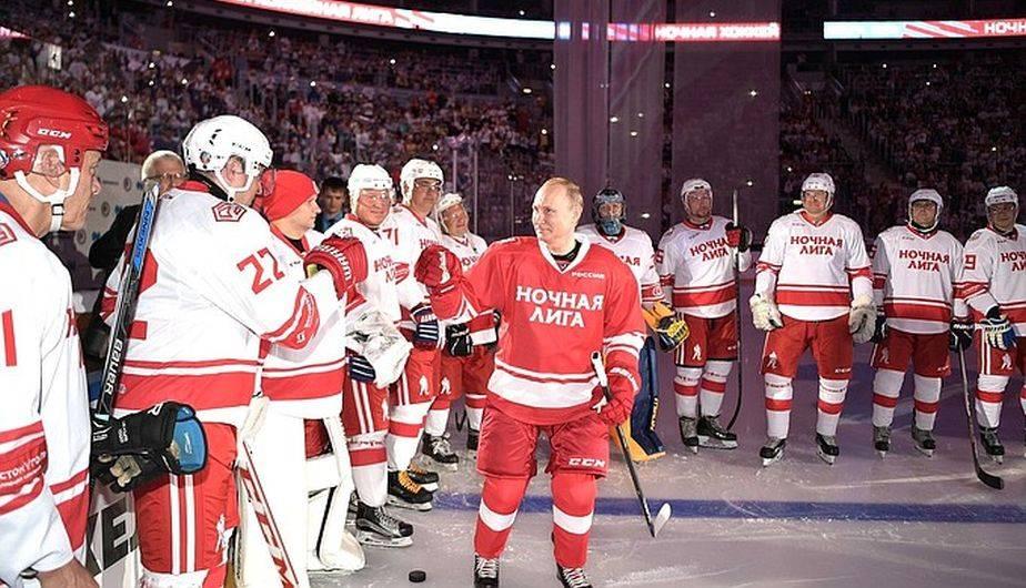 Vladimir Putin volvió a la pista de hockey sobre hielo y marcó 5 ...