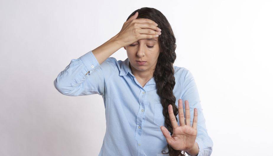 Resultado de imagen para mujer con migraña