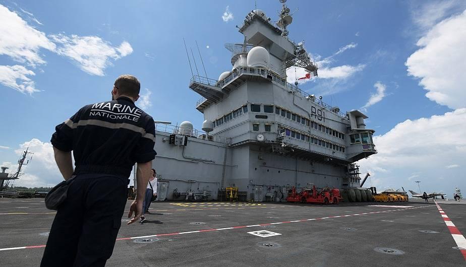 Portaaviones francés Charles de Gaulle llega a Singapur con los Rafale para ejercicios militares