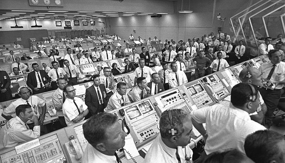 Apollo 11: miembros del equipo de gobierno e industria del Centro Espacial Kennedy mientras se levantan de sus consolas para observar, el 16 de julio de 1969, el despegue del Apolo 11 a través de una ventana dentro del Centro de Control de Lanzamiento en Cabo Cañaveral, Florida (EE.UU). (Foto: NASA)